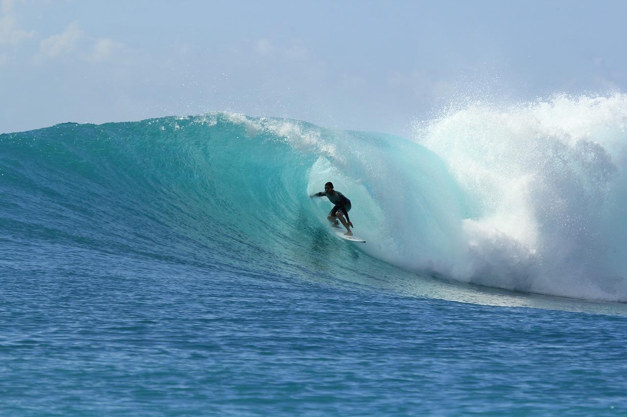 自然と調和できる奥深いサーフィンにチャレンジして、仕事の悩みも吹き飛ばそう